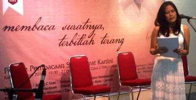 Faiza Mardzoeki, dalam salah satu sesi pembacaan surat-surat Kartini di Galeri Cipta 2, Taman Ismail Marzuki, Jakarta, Kamis (18/4/2013).  FOTO: KOMPAS.COM/RAI RAHMAN INDRA.