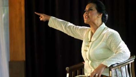 "Pentas Drama ""Mereka Memanggilku Nyai Ontosoroh"". (ANTARA/AGUS BEBENG)"